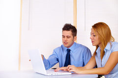 Бизнесмены работая с компьтер-книжкой Стоковые Фотографии RF