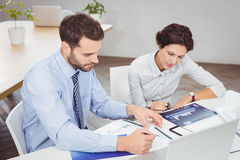 Бизнесмены работая с документами в офисе Стоковые Фотографии RF