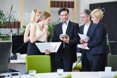 Бизнесмены работая с ПК таблетки в офисе Стоковые Изображения