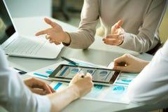 Бизнесмены работая с планшетом Стоковые Фото