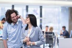 Бизнесмены работая с таблеткой в startup офисе Стоковые Изображения RF
