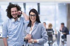 Бизнесмены работая с таблеткой в startup офисе Стоковые Фото