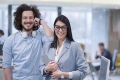 Бизнесмены работая с таблеткой в startup офисе Стоковые Изображения