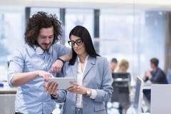 Бизнесмены работая с таблеткой в startup офисе Стоковое Фото