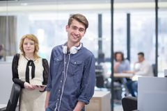 Бизнесмены работая с таблеткой в startup офисе Стоковые Фотографии RF