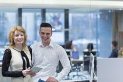 Бизнесмены работая с таблеткой в startup офисе Стоковое Изображение