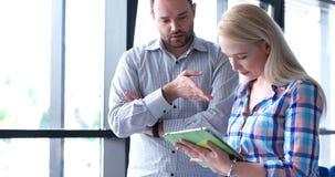 2 бизнесмены работая с таблеткой в startup офисе Стоковая Фотография RF