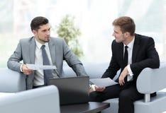 бизнесмены работы 2 бизнесмены в discu formalwear Стоковое Фото