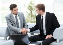 бизнесмены работы 2 бизнесмены в shaki formalwear Стоковое фото RF
