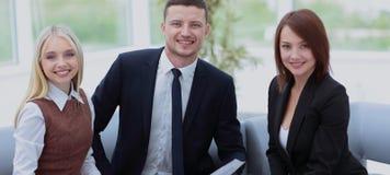 бизнесмены работы Бизнесмены в formalwear смотря a Стоковое Фото