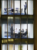 Бизнесмены работы ночной в офисном здании Стоковое Изображение RF