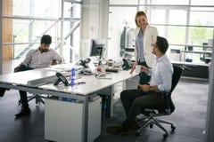 бизнесмены работы Бизнесмены совместно в офисе Стоковая Фотография RF