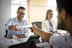 бизнесмены работы Бизнесмены совместно в офисе Стоковые Изображения