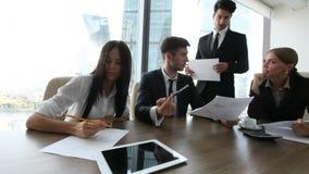 Бизнесмены работы с документами сток-видео