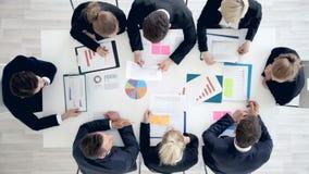Бизнесмены работы с статистик акции видеоматериалы