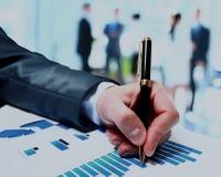 Бизнесмены рабочей группы команды во время отчета о конференции обсуждая финансовую диаграмму Стоковые Фото