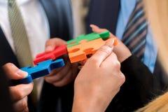 Бизнесмены разрешая мозаику Стоковая Фотография RF
