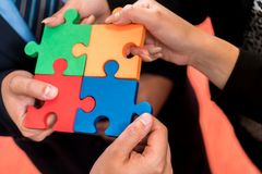 Бизнесмены разрешая мозаику Стоковое Фото