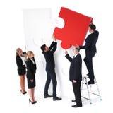 Бизнесмены разрешая проблемы Стоковое фото RF