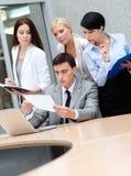 Бизнесмены рассматривают что-то стоковая фотография rf