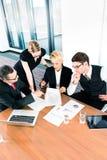 Бизнесмены рассматривая обработку документов финансовых данных стоковая фотография rf