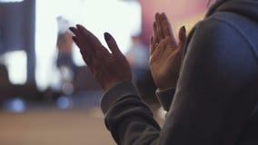 Бизнесмены рукоплескания на closse встречи вверх по руке взгляда акции видеоматериалы