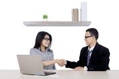 2 бизнесмены рукопожатие в офисе Стоковые Изображения