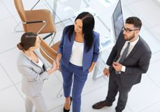 Бизнесмены рукопожатия в современном офисе Приветствовать concep дела Стоковые Фотографии RF