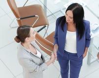 Бизнесмены рукопожатия в современном офисе Приветствовать concep дела Стоковая Фотография RF