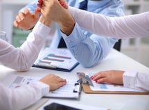 Бизнесмены рукопожатия, сидя на таблице Стоковое фото RF