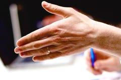 Бизнесмены рукопожатия, сидя на таблице Стоковое Фото