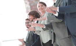 Бизнесмены рук аплодируя стоковое фото
