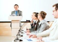 Бизнесмены связывают на конференции Стоковая Фотография