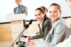 Бизнесмены связывают на конференции Стоковые Фотографии RF