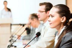 Бизнесмены связывают на конференции Стоковые Изображения