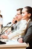 Бизнесмены связывают на конференции Стоковое Фото
