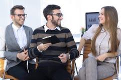 Бизнесмены связывая в офисе Стоковое Изображение