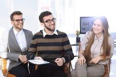 Бизнесмены связывая в офисе Стоковые Изображения