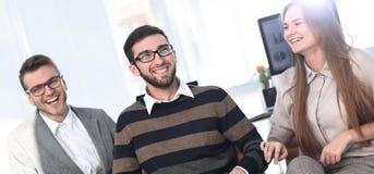 Бизнесмены связывая в офисе Стоковые Фото