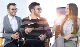 Бизнесмены связывая в офисе Стоковое фото RF