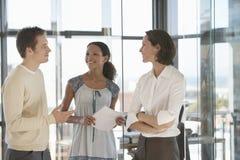 Бизнесмены связывая в офисе Стоковая Фотография