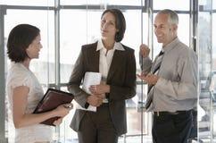 Бизнесмены связывая в офисе Стоковое Изображение RF