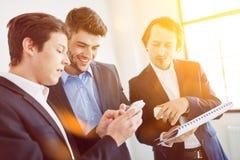 Бизнесмены связывая как команда Стоковое Изображение