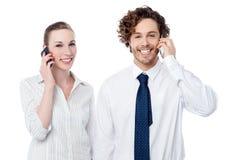 Бизнесмены связывая через мобильный телефон Стоковые Изображения
