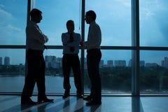 Бизнесмены связывая Стоковое Фото