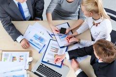 Бизнесмены сидя и обсуждая на деловой встрече вектор людей jpg иллюстрации дела Стоковые Фотографии RF