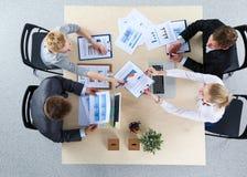 Бизнесмены сидя и обсуждая на деловой встрече вектор людей jpg иллюстрации дела Стоковое Изображение