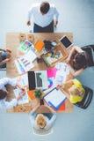 Бизнесмены сидя и обсуждая на деловой встрече вектор людей jpg иллюстрации дела Стоковое фото RF