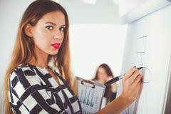 Бизнесмены сидя и обсуждая на деловой встрече, в офисе вектор людей jpg иллюстрации дела Стоковые Изображения