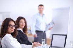 Бизнесмены сидя и обсуждая на деловой встрече, в офисе вектор людей jpg иллюстрации дела Стоковые Фото